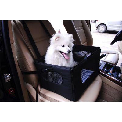 Ein Welpe sitzt in einem Autositz für kleine Hunde